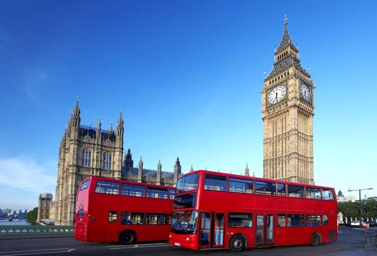 Big Ben s tradičnými červenými autobusmi