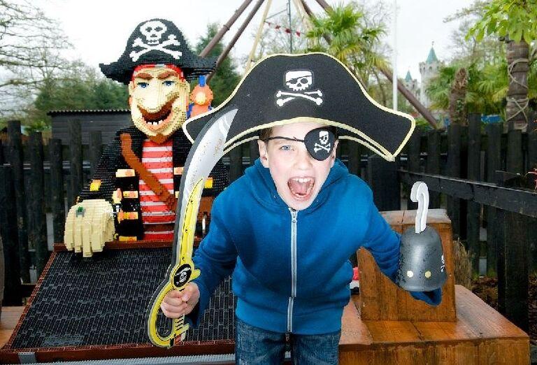 Chlapec hrajúci sa na piráta