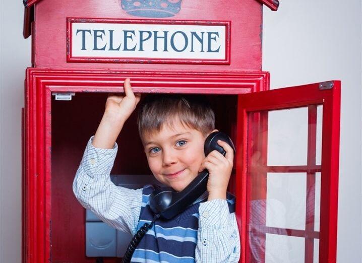 Chlapec v detskej telefónnej búdke