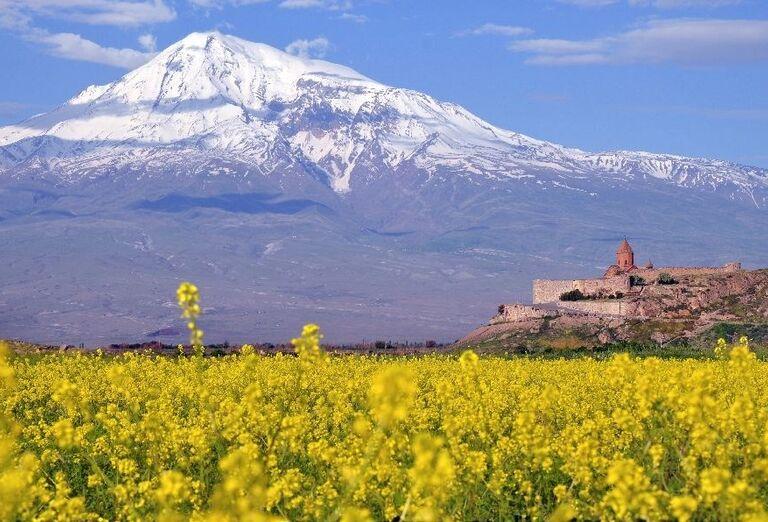 Biblická hora Ararat s kláštorom