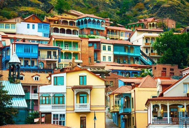 Tradičné farebné domčeky v meste Tbilisi