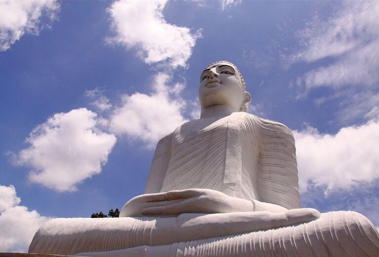 Obria socha sediaceho Buddhu v Kandy