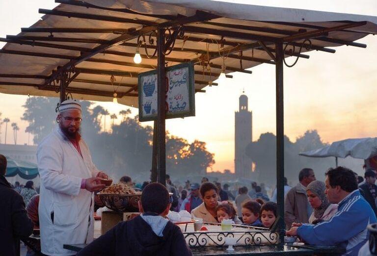 Miestny predávajúci na námestí Djemaa El Fna