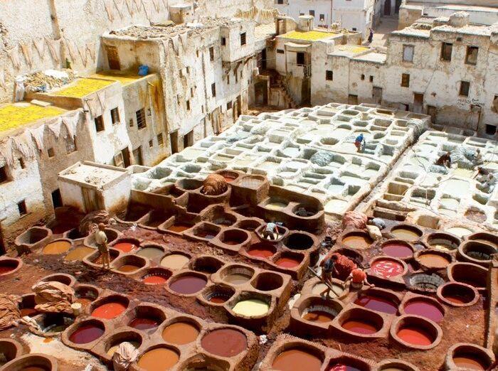 Garbiarské dielne s velkými kaďami naplnenými prírodným farbivom