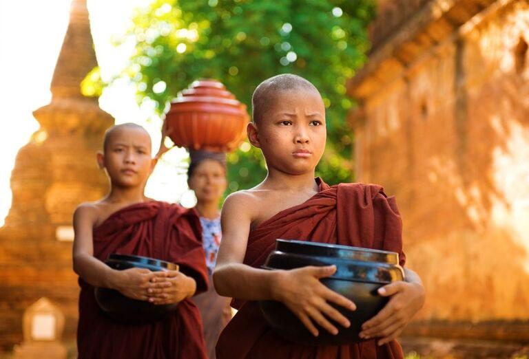 Mladí mnísi v meste Amarapura