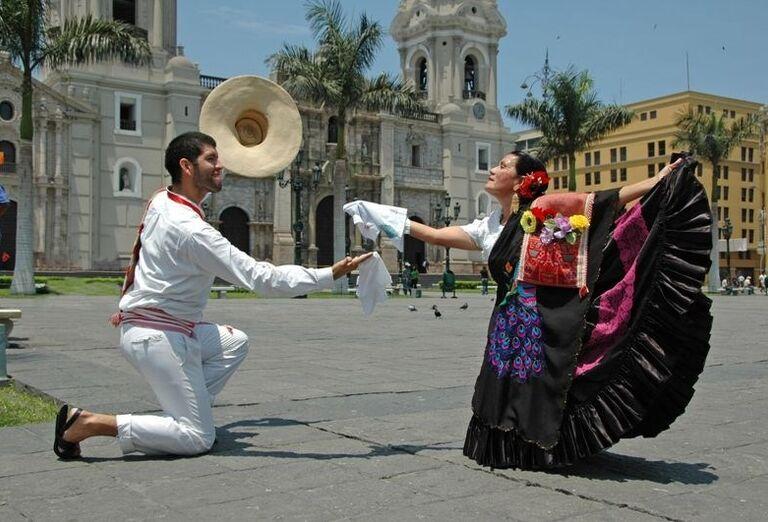 Pár predstavujúci tradičné tance v Pune