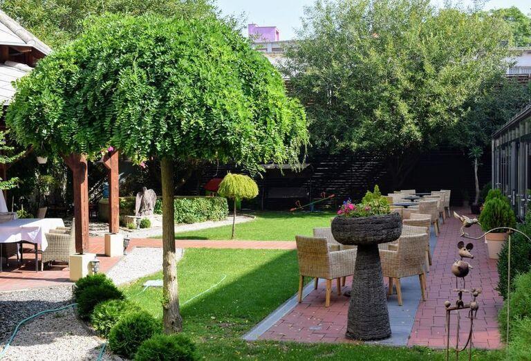 Záhrada hotela Golden Eagle