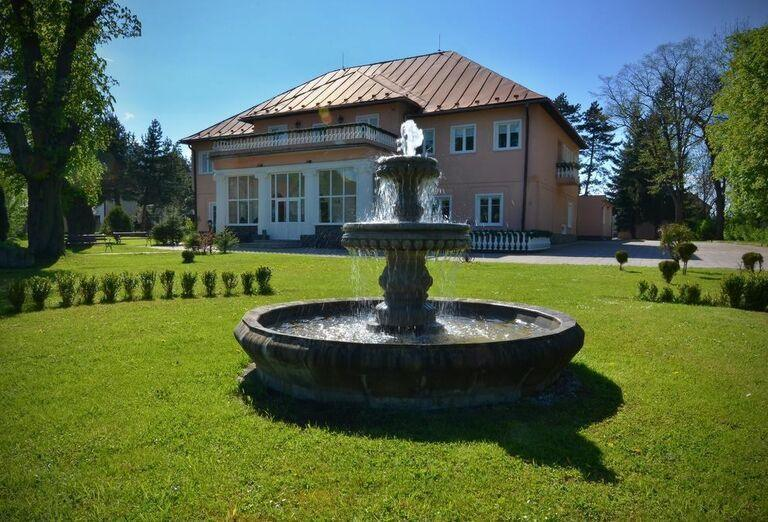 Fontána v záhrade hotela Svätojánsky kaštieľ