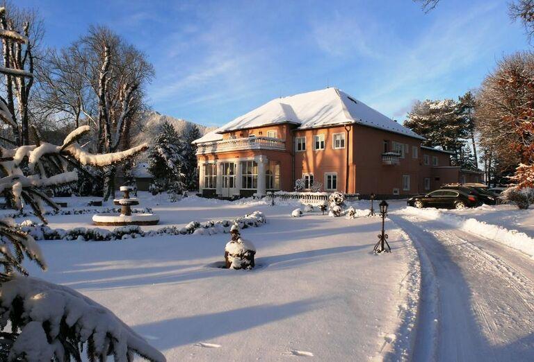 Pohľad na hotel Svätojánsky kaštieľ v zime