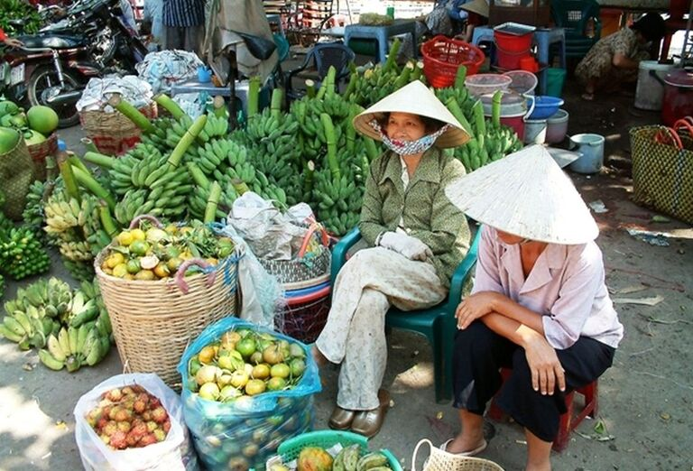 Vietnamske predavačky ovocia na trhu