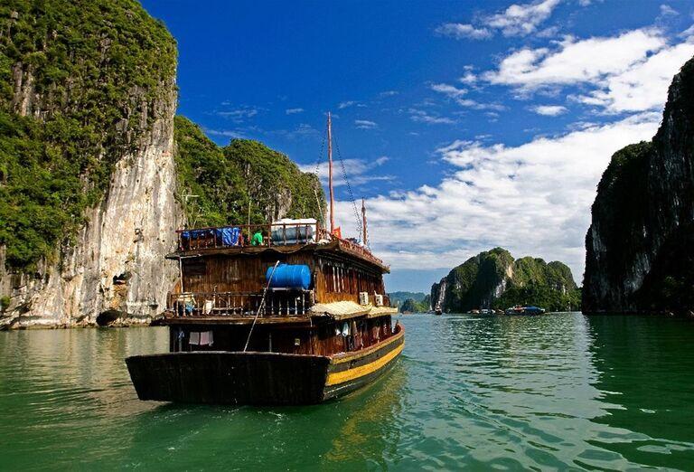 Plavba drevenými džunkami (loďkami) pomedzi ostrovčeky
