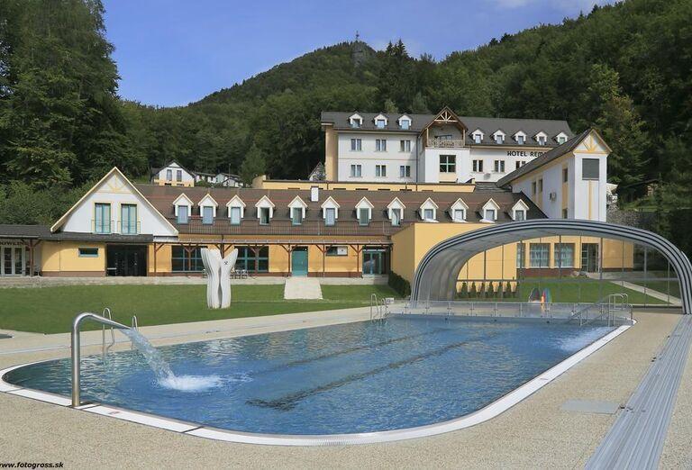 Vonkajší bazén a pohľad na horský hotel Remata