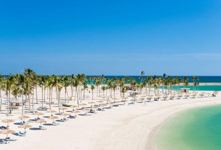 Krásna pláž pred hotelom Fanar hotel and residences