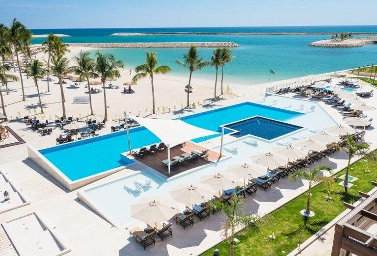 Bazén a výhľad na more v hoteli Fanar hotel and residences