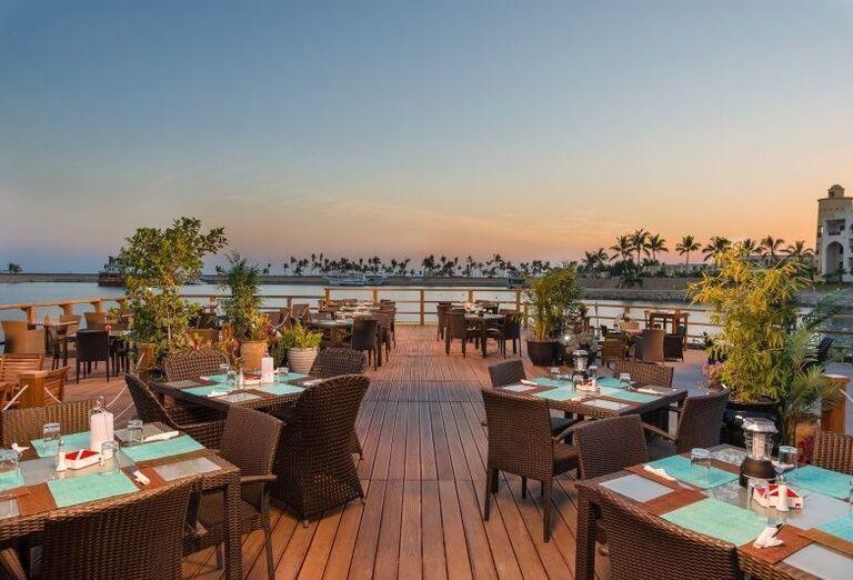 Posedenie na terase v hoteli Fanar hotel and residences