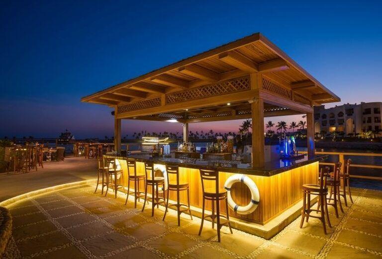 Vonkajší bar v hoteli Fanar hotel and residences