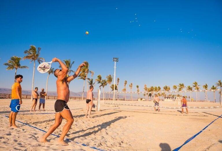 Plážové športy pred hotelom Fanar hotel and residences