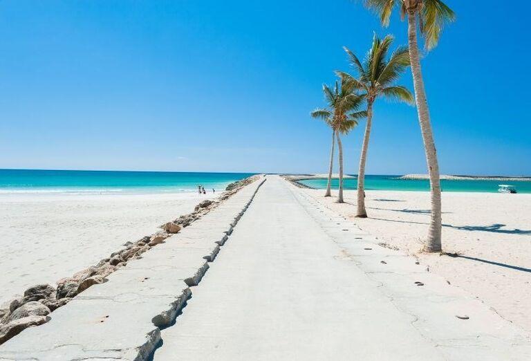 Piesočnatá pláž a more