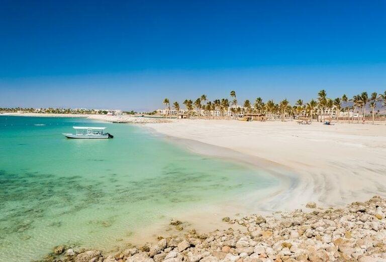 Piesočnatá pláž pred hotelom Fanar hotel and residences