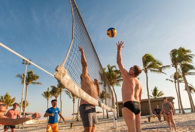 Zábava pri plážovom volejbale