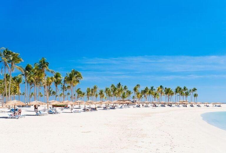 Ležadlá na pláži pri hoteli Fanar hotel and residences