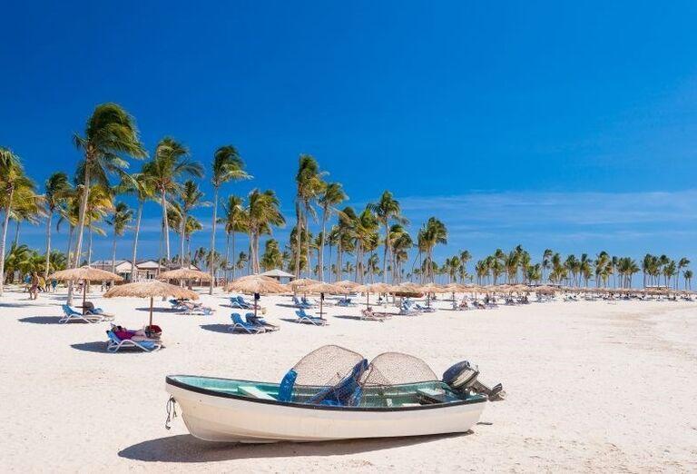 Čln na pláži