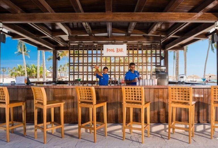 Bar pri bazéne v hoteli Fanar hotel and residences