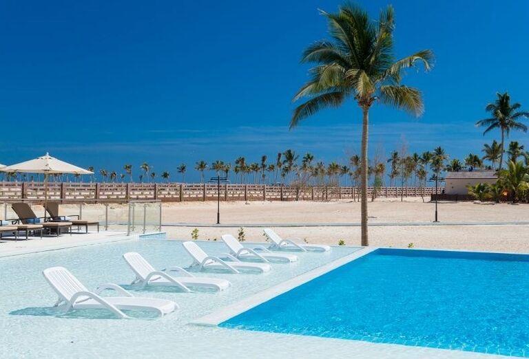 Ležadlá pri bazéne v hoteli Fanar hotel and residences