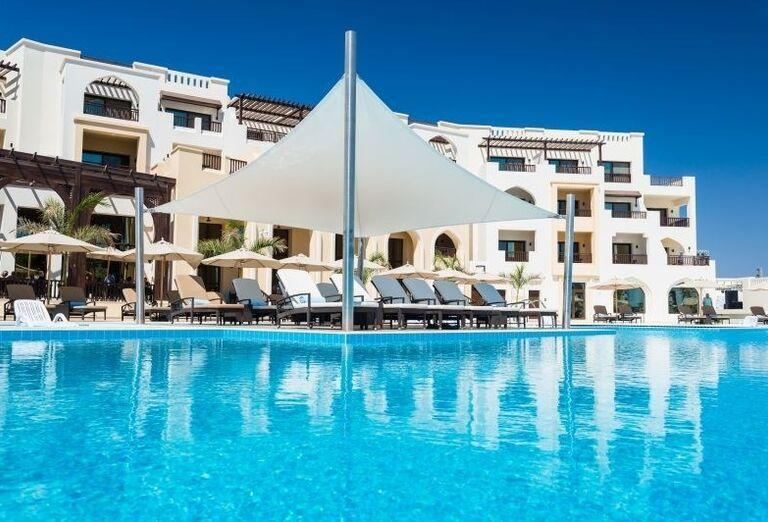 Pohľad od bazéna na časť hotela Fanar hotel and residences