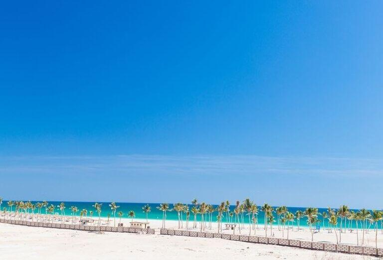 Dlhá piesočnatá pláž pri hoteli Fanar hotel and residences