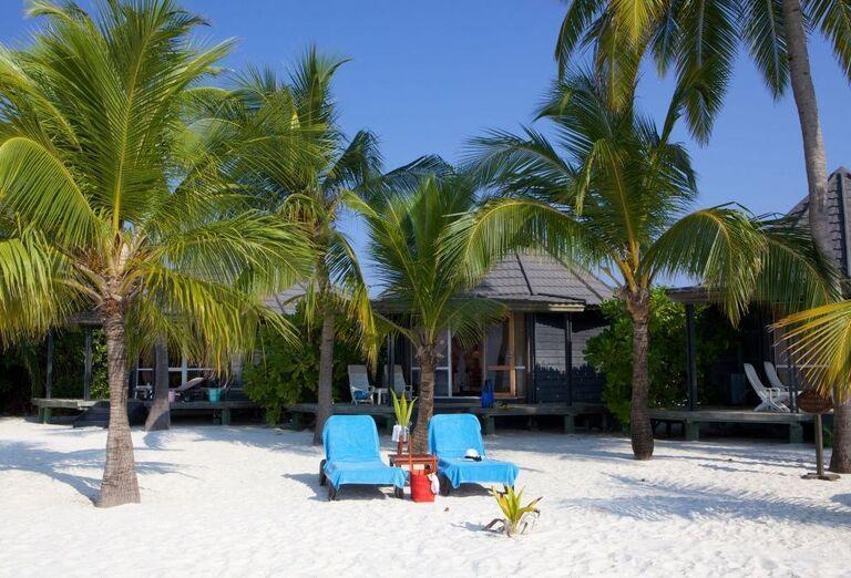 Hotelový Resort Kuredu Island Resort & Spa Maldives - Piesočnatá pláž a lehátka