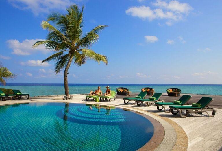 Hotelový Resort Kuredu Island Resort & Spa Maldives - lehátka pri bazéne