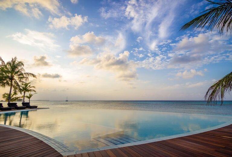 Hotelový Resort Kuredu Island Resort & Spa Maldives - hotelový bazén s výhľadom