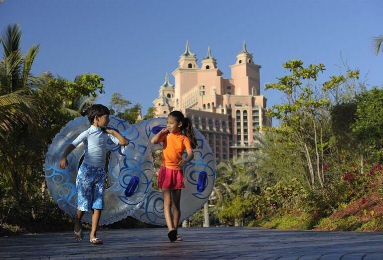 Deti s kolesami na tobogán v hoteli Atlantis, The Palm