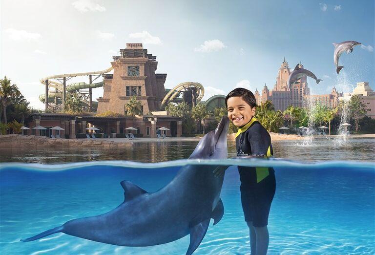 Chlapec s delfínom