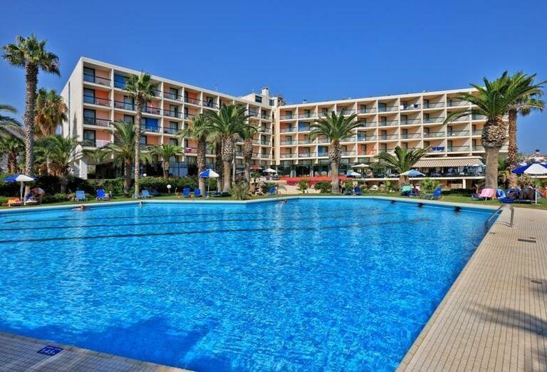 Hotelový bazén a hotel Club Calimera Sirens Beach and Village