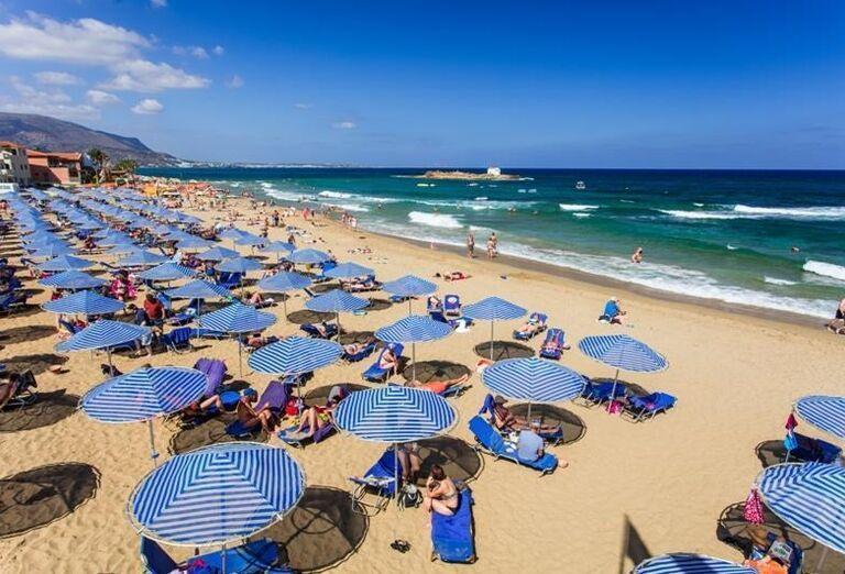 Pláž s lehátkami hotela Club Calimera Sirens Beach and Village