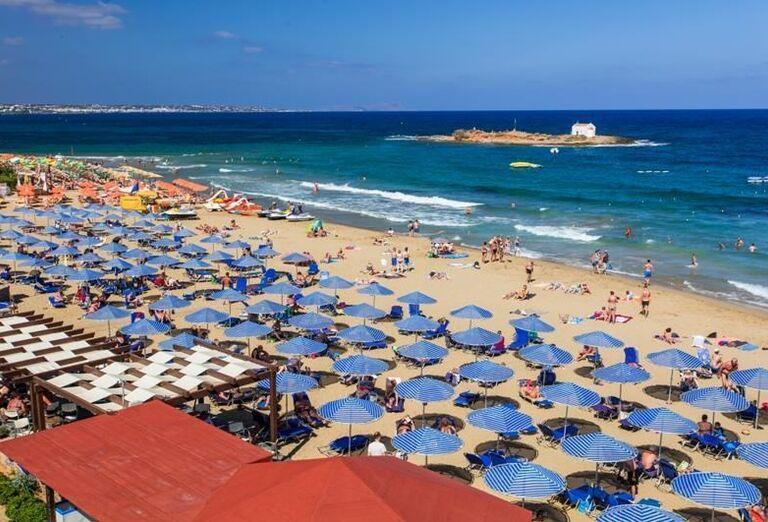 Pohľad na pláž a more z hotela Club Calimera Sirens Beach and Village