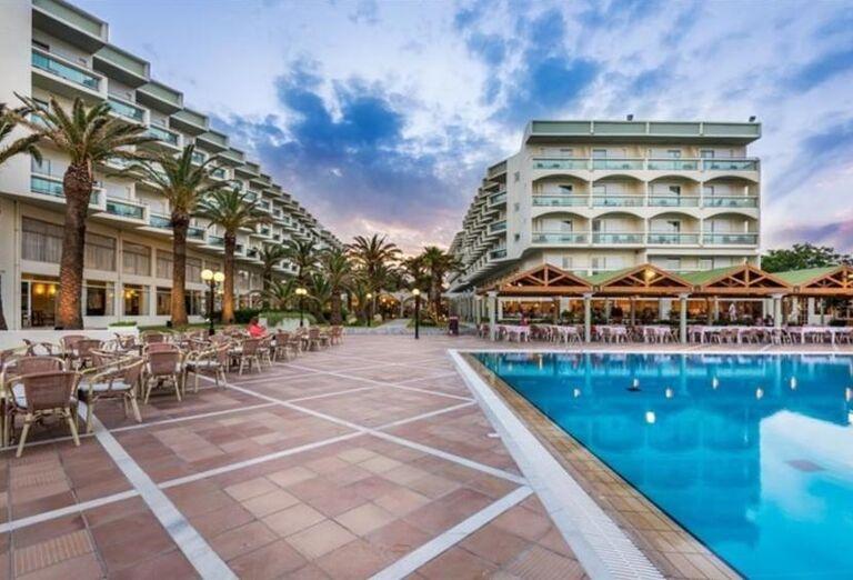 Pohľad na hotel Apollo Beach s bazénom