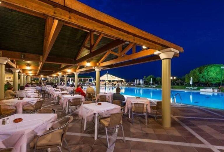 Posedenie na terase pri bazéne hotela Apollo Beach