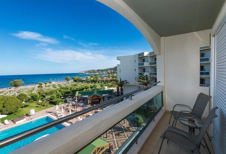 Výhľad z balkóna hotela Apollo Beach na more