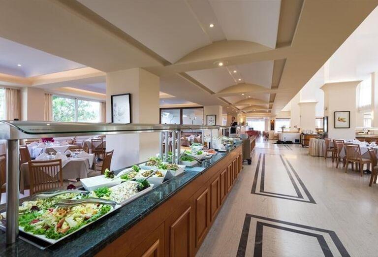 Bohaté švédske stoly v hoteli Apollo Beach