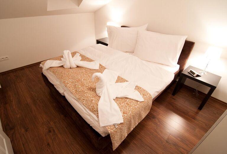 Labute z uterákov na posteli v Garni hoteli Virgo