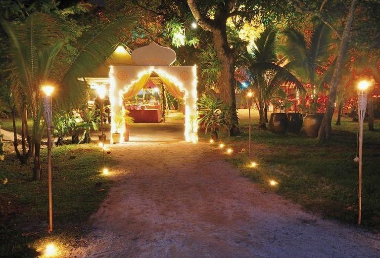 Večerný pohľad na areál hotela Shandrani Beachcomber Resort & Spa