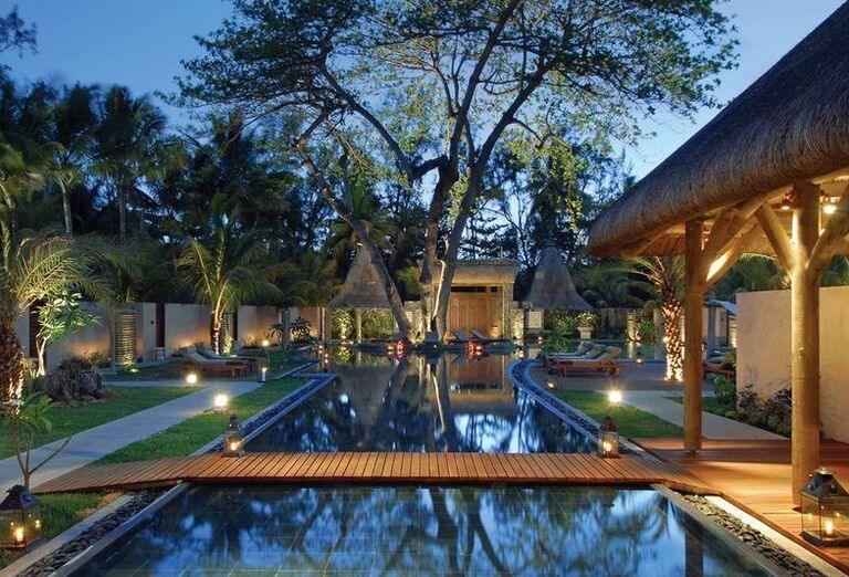 Mostík nad bazénom v hoteli Shandrani Beachcomber Resort & Spa
