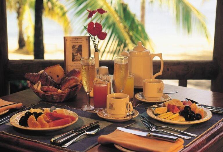 Občerstvenie v hoteli Shandrani Beachcomber Resort & Spa