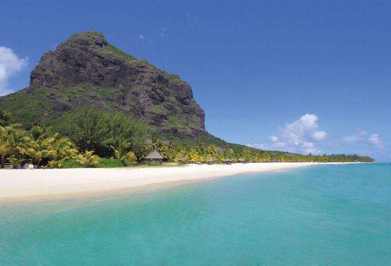 Široká piesočnatá pláž priamo pred hotelom