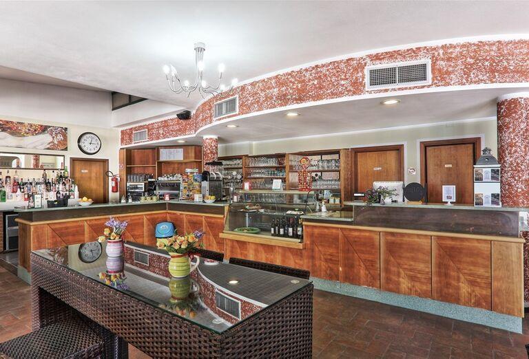 Priestranný bar v hoteli Village La Cecinella