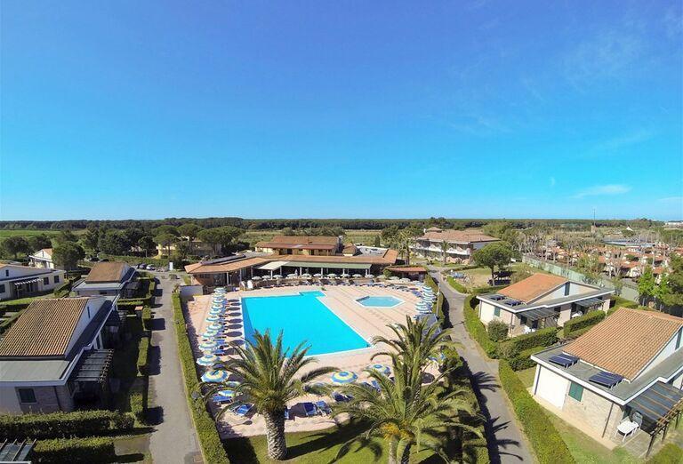 Pohľad z výšky na areál hotela Village La Cecinella