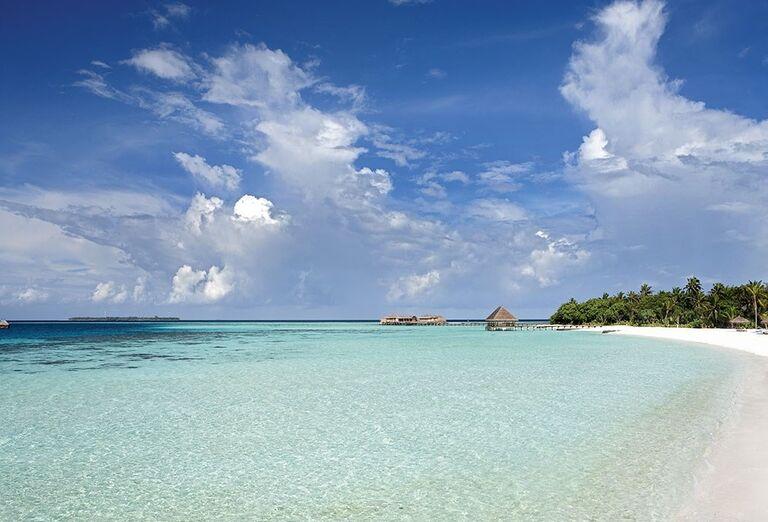 Krásna biela piesočnatá pláž a priezračné more